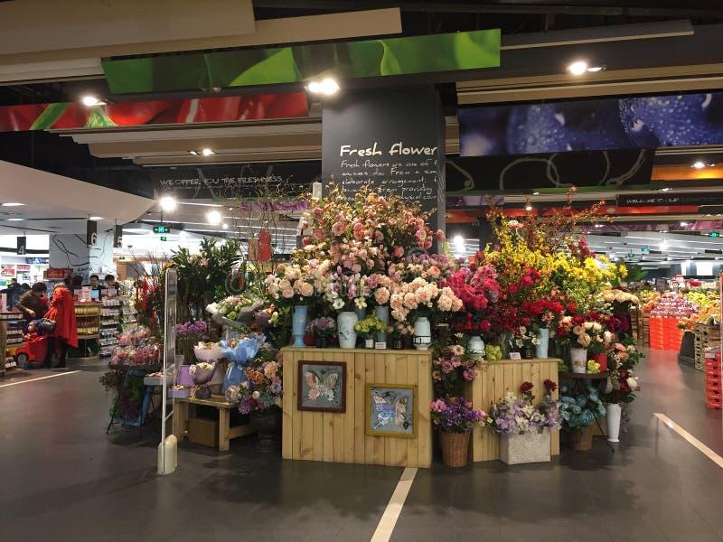 Kwiaty sprzedaje przy supermarketem w Nanning fotografia stock