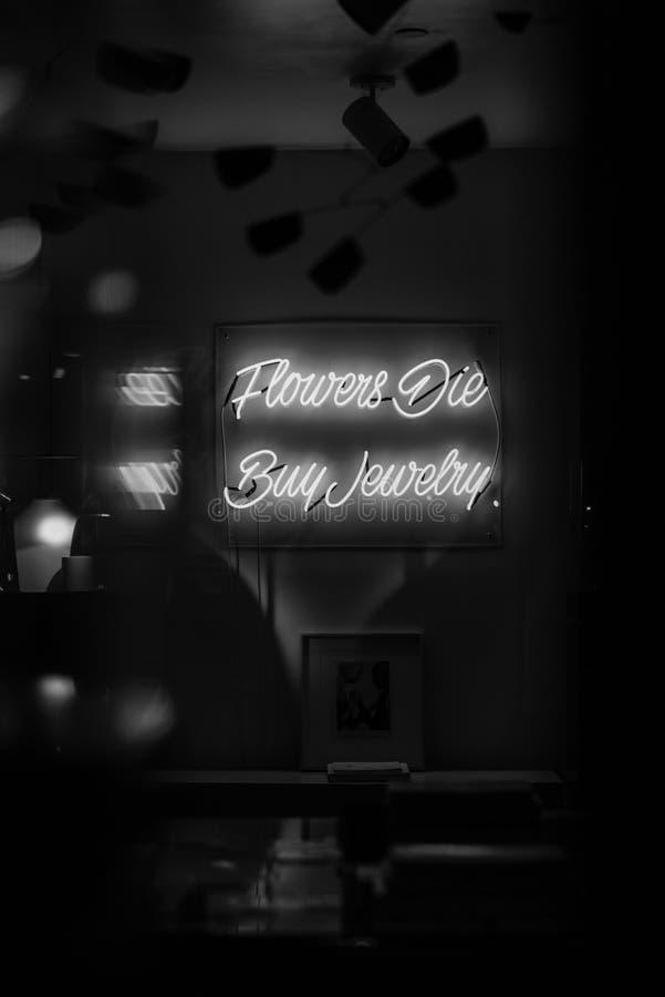 Kwiaty Umierają, zakup biżuteria neonowa podpisują wewnątrz lower east side, Manhattan, Miasto Nowy Jork fotografia stock