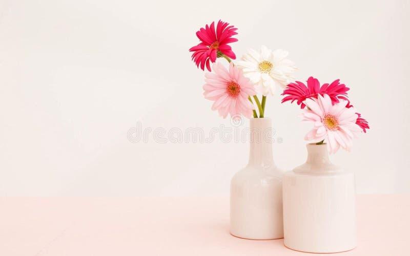 Kwiaty w białych wazach zdjęcie stock