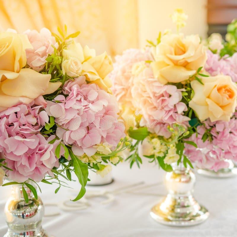 Kwiaty w bukiecie, różowych hortensjach i kolor żółty róży, fotografia stock