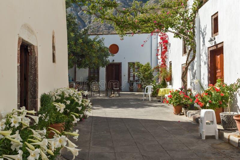 Kwiaty w Panagia Episkopi kościół w Santorini wyspie, Thira, Grecja zdjęcia stock