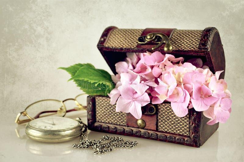 Kwiaty w skarb klatce piersiowej obrazy stock