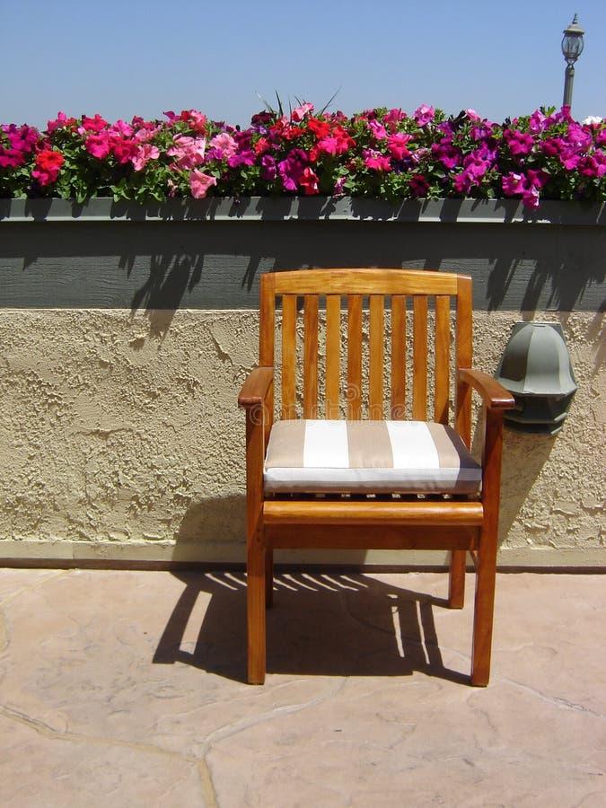 Kwiaty, wierzchołek krzesło, dachu patio, staromodny lekki słup zdjęcie stock