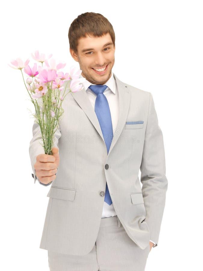 kwiaty wręczają przystojnego mężczyzna zdjęcie royalty free
