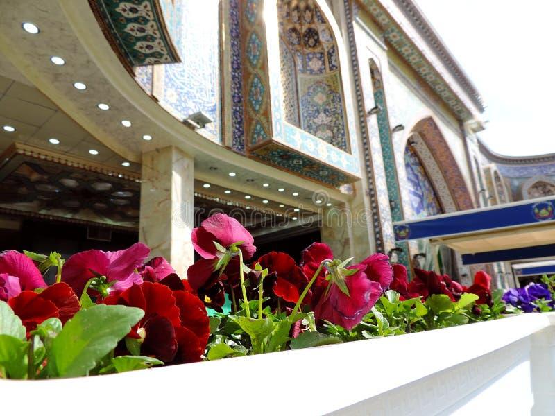 Kwiaty zasadzali outside Świętą świątynię Husayn Ibn Ali, Karbala, Irak obrazy royalty free