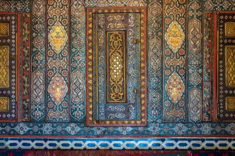 Kwieciści ornamenty drewniane wbite spiżarnie malowali z barwionymi geometrical wzorami, Kair, Egipt royalty ilustracja
