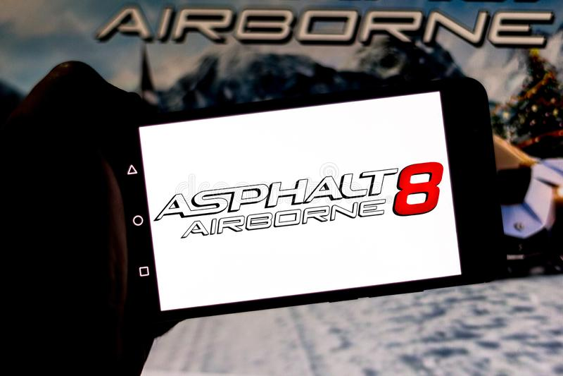 Kwiecień 1, 2019, Brazylia Asfaltu 8 logo: Powietrzny na ekranie urządzenie przenośne Asfalt jest elektronicznym bieżnym grze, fotografia stock