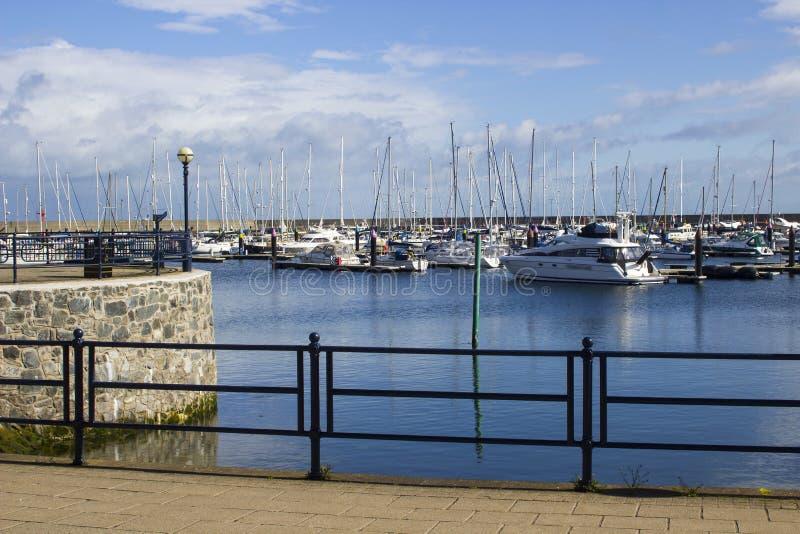 26 Kwiecień 2018 jawny footpath przegapia kiedykolwiek popularnego wodniactwo marina przy Bangor okręgu administracyjnego puszkie zdjęcia royalty free