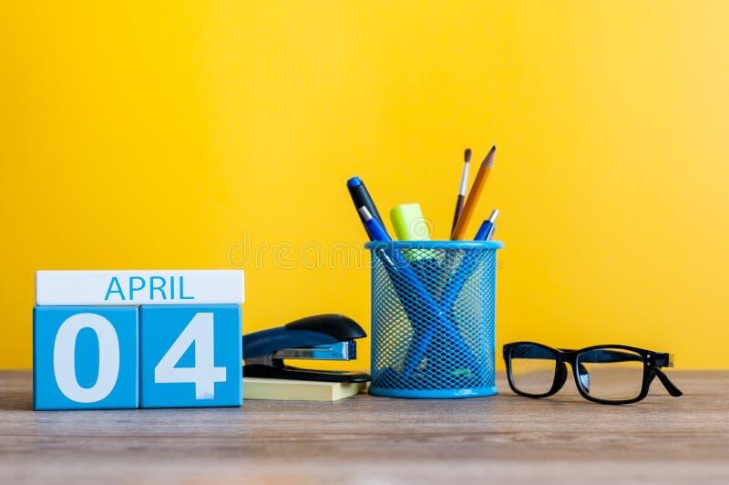 Kwiecień 4th Dzień 4 Kwietnia miesiąc, kalendarz na stole z żółtym tłem i dostawy, biurowe lub szkolne Wiosna czas… wzrastał liśc zdjęcia royalty free