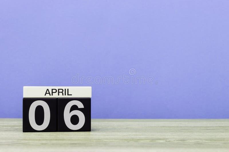 Kwiecień 6th Dzień 6 miesiąc, kalendarz na drewnianym stole i purpury tło, Wiosna czas, opróżnia przestrzeń dla teksta zdjęcie stock