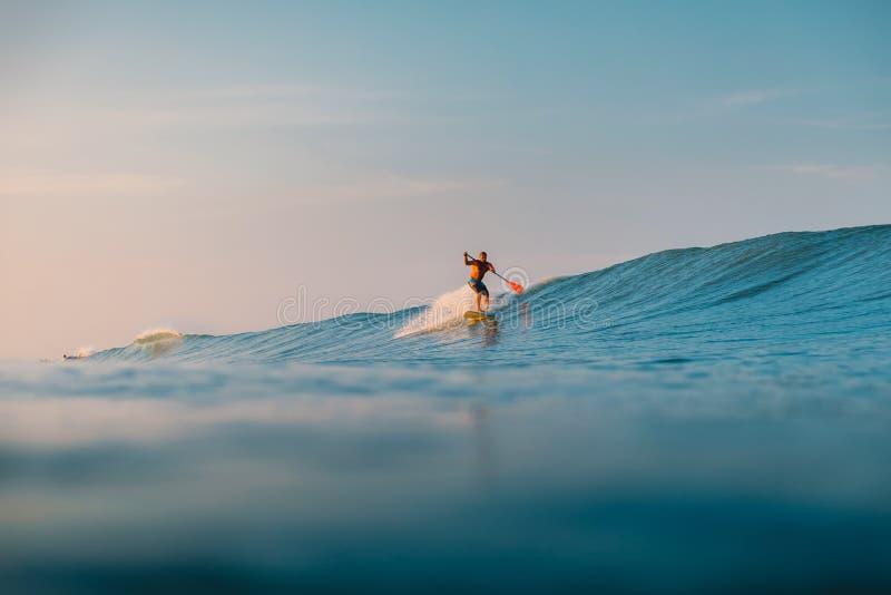 Kwiecie? 12, 2019 bali Indonesia Stoi W g?r? Paddle surfingowa przeja?d?ki na ocean fali Stoi W g?r? Paddle surfingu przy falami  obrazy stock