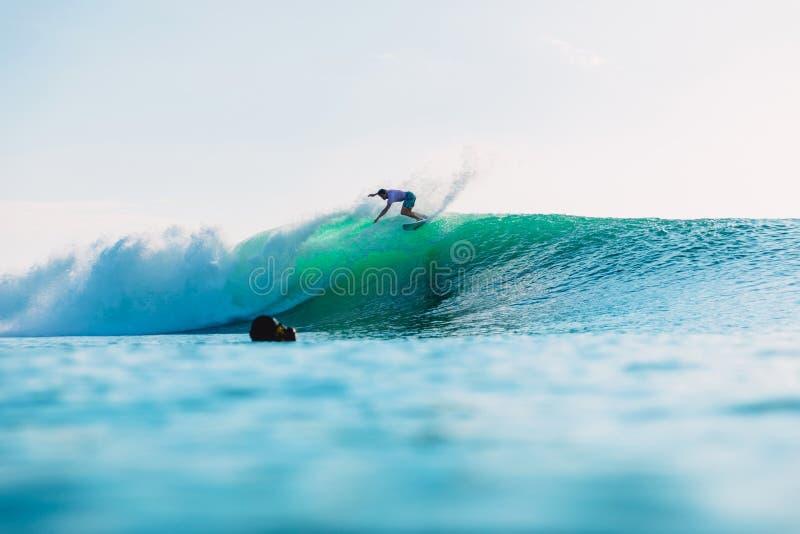 Kwiecie? 25, 2019 bali Indonesia Surfingowiec przeja?d?ka na bary?ki fala Fachowy surfing z idealnymi ocean falami przy Bingin pl obrazy royalty free