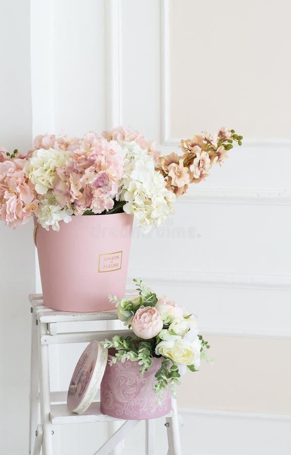Kwiecista dekoracja w fotografii studiu Wewn?trzny fotografii studio ?lubne dekoracje Delikatni wiosna kwiaty Kwiat zdjęcie stock