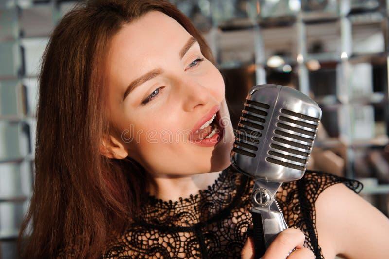 kwiecista grunge mikrofonu ornamentu gwiazda rocka akwarela Seksowny dziewczyna śpiew w retro mikrofonie obraz stock