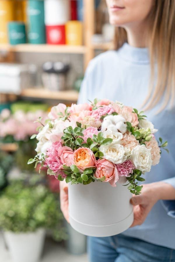 Kwiecista wiązka w głowy pudełku Europejski kwiecisty sklep Bukiet piękni Mieszani kwiaty w kobiety ręce Znakomity ogród obrazy royalty free