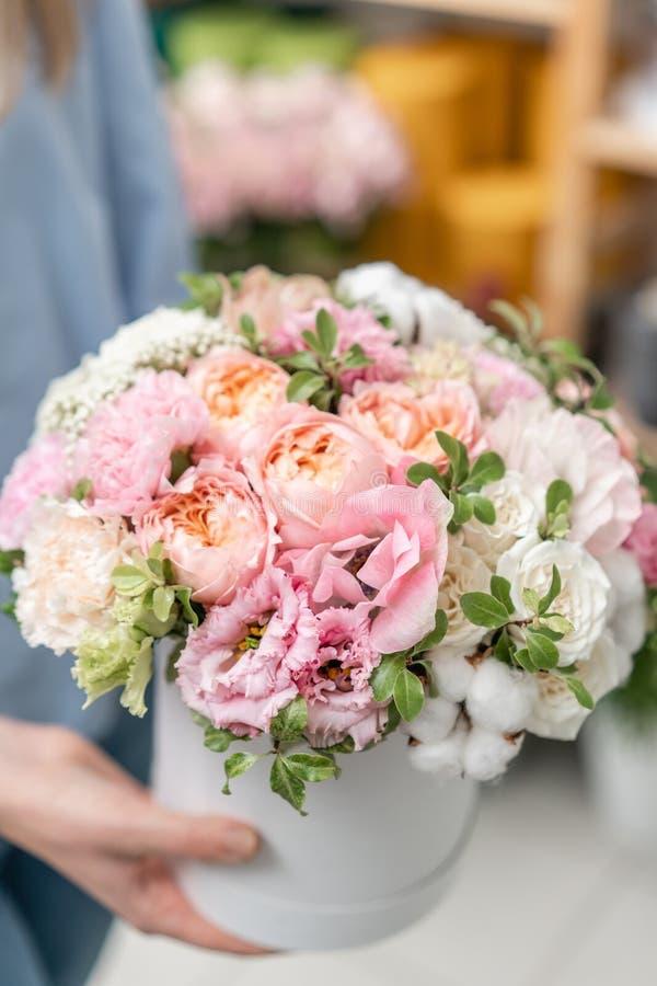 Kwiecista wiązka w głowy pudełku Europejski kwiecisty sklep Bukiet piękni Mieszani kwiaty w kobiety ręce Znakomity ogród obraz royalty free
