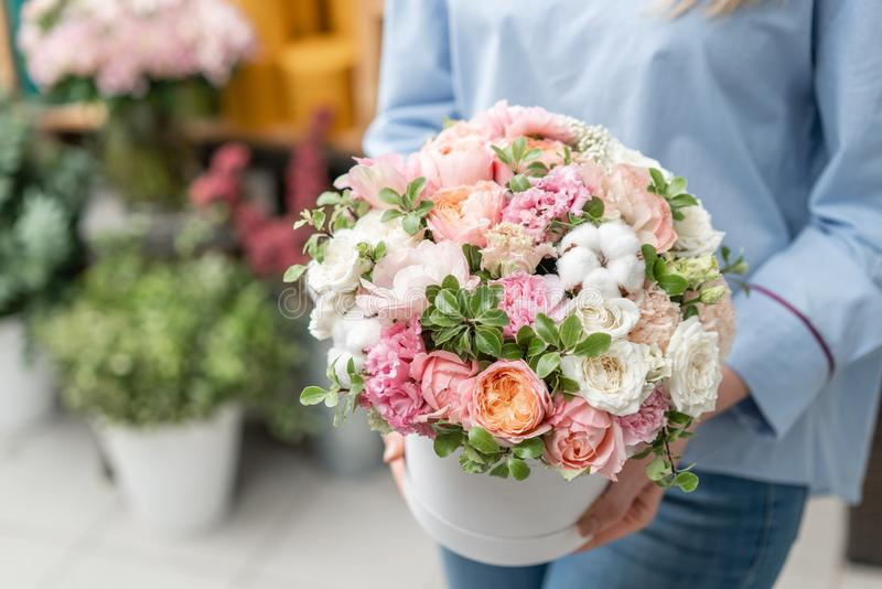 Kwiecista wiązka w głowy pudełku Europejski kwiecisty sklep Bukiet piękni Mieszani kwiaty w kobiety ręce Znakomity ogród zdjęcia royalty free