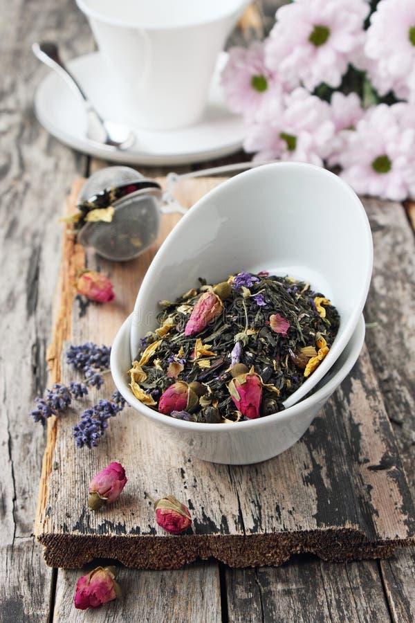Kwiecista ziołowa herbata na drewnianym stole fotografia royalty free