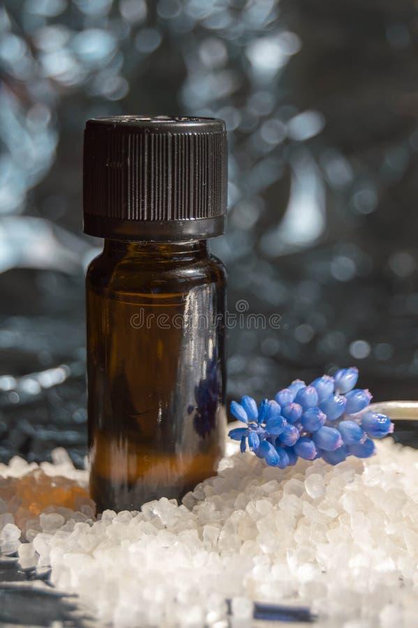 Kwiecistego pachnidła butelka i kąpielowa sól obraz royalty free