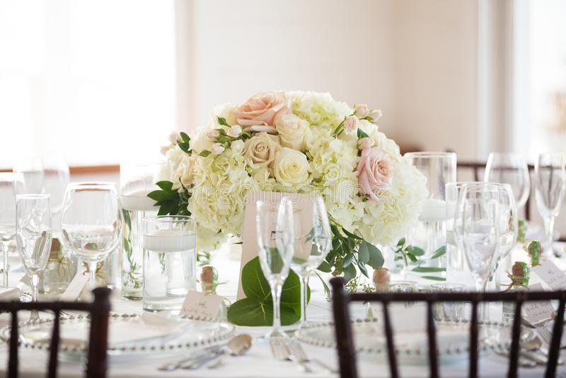 Kwiecisty centerpiece na wesele stole fotografia royalty free