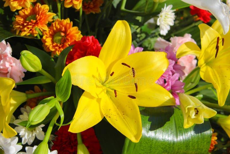 Kwiecisty Centerpiece z Lilium kwiatami zdjęcie royalty free