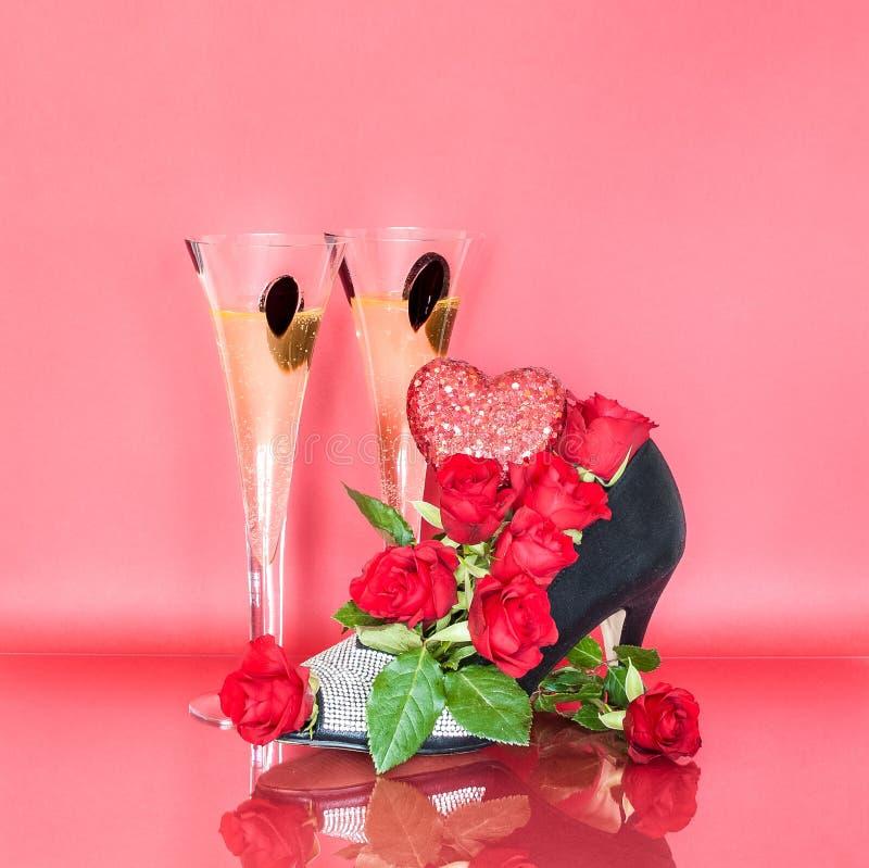 Kwiecisty Obuwiany Centerpiece z szkłami szampan dla walentynki ` s dnia fotografia stock