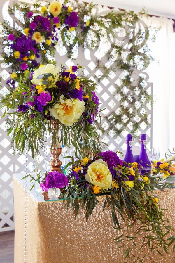 Kwiecisty przygotowania dekorować ślubu stół w purpurach barwi Th zdjęcia stock