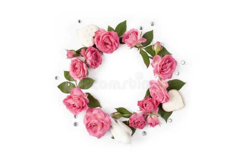 Kwiecisty round wianek Kwiat rama robić róże, serca, liście i rhinestones odizolowywający, na białym tle zdjęcia royalty free
