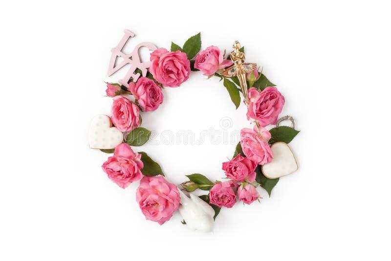 Kwiecisty round wianek Kwitnie kreatywnie przygotowania robić róże odizolowywać na białym tle obrazy royalty free