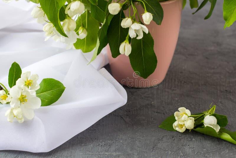 Kwiecisty skład na wiosna słonecznym dniu obraz stock
