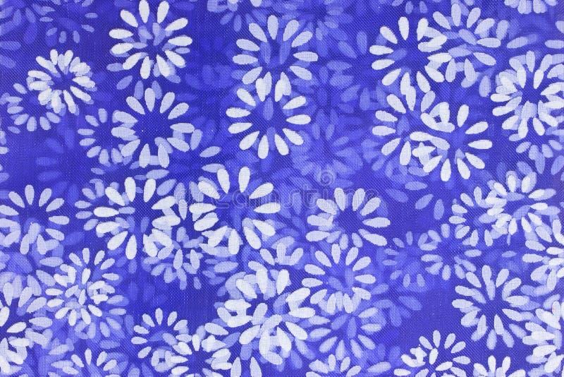 Kwiecisty tło biali kwiaty drukujący na błękitnym netto materiale ilustracja wektor