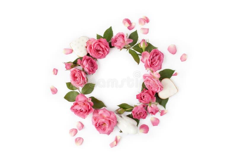 Kwiecisty wianek robić róże i liście Naturalna round rama odizolowywająca na bielu Wakacyjny pojęcie obraz stock