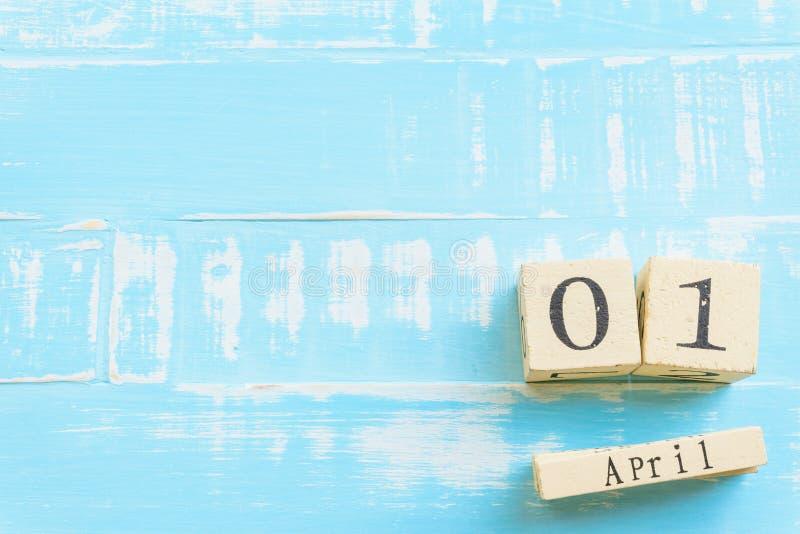 Kwietni durni ` dnia pojęcie Drewniany blokowy kalendarz z pustą przestrzenią zdjęcia royalty free