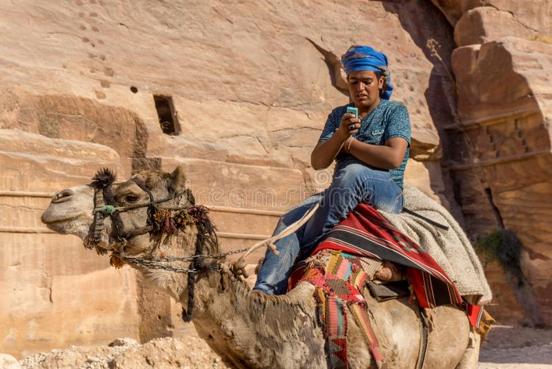 Kwietnia 2017 Petra, Jordania: Beduin pokazuje zderzenie tradycyjny i nowoczesne życie zdjęcia stock