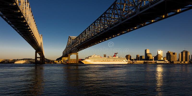 27 KWIETNIA 2019 R., LOUISIANA, USA -Crescent City Bridges cross Mississippi River z Algier Point do Nowego Orleanu, Luizjana zdjęcie stock