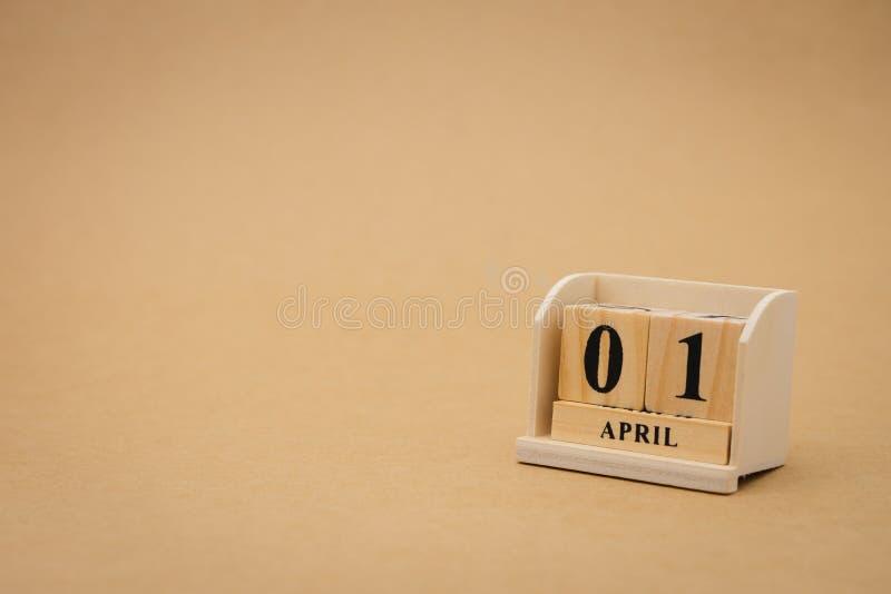 Kwietnia 1st drewniany kalendarz na rocznika drewnianym abstrakcjonistycznym tle Kwietni durni dzień jest właściwie właśnie Kwiec obrazy stock