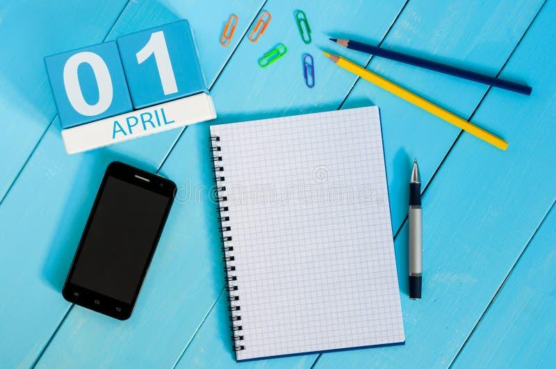 Kwietnia 1st wizerunek Kwietnia 1 koloru drewniany kalendarz na błękitnym tle Opróżnia przestrzeń dla teksta Wszystko Błaź się `  zdjęcia royalty free