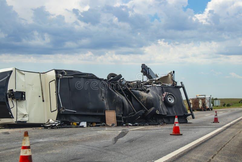Kwinty koła Rekreacyjny pojazd obalał na autostradzie z up rozlewa out w jezdnię póżniej spód poszarpane rzeczami i zdjęcie stock