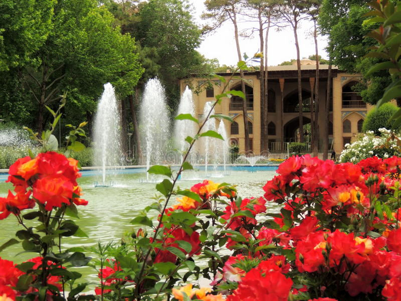 Kwitnąć czerwonego Isfahan Hasht Behesht pałac kwitnie fontanną zdjęcia royalty free