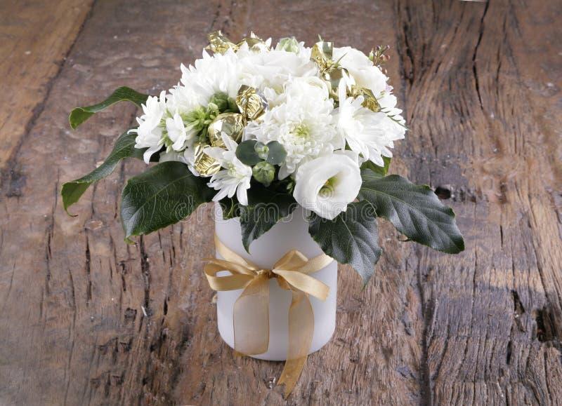 Kwitnący kwiatów bukiety na rocznika drewnianym stole zdjęcie stock