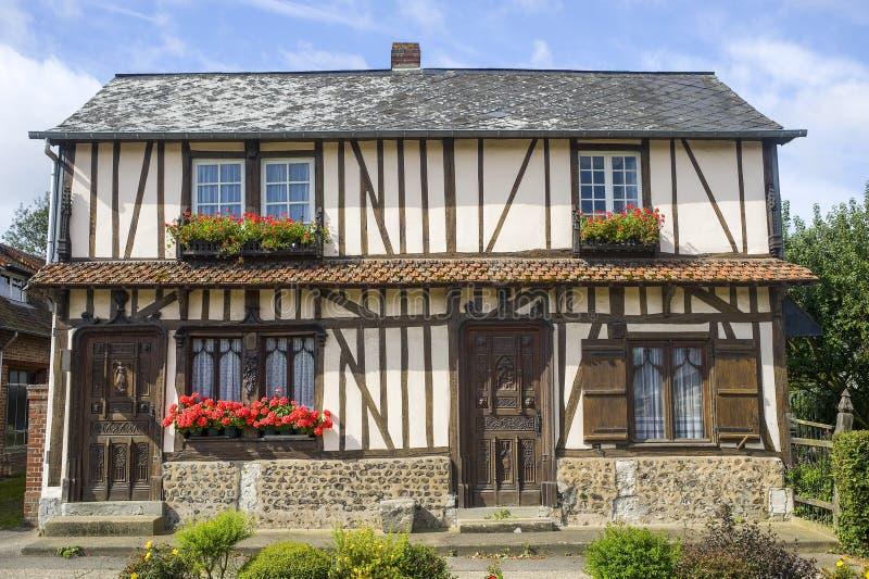 Kwitnący okno stary dom w Normandy fotografia royalty free