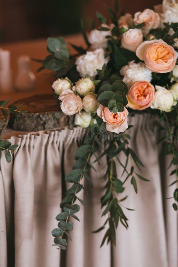 Kwitnie bukiet róże, peonie i eukaliptus na świątecznym ślubu stole, zdjęcie stock