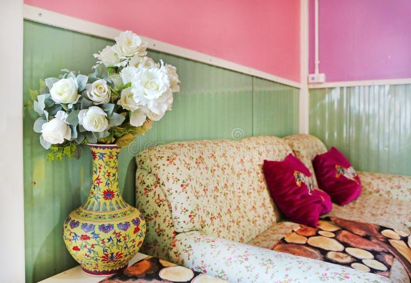 Kwitnie bukiet sztuczne róże w żywym pokoju obrazy stock