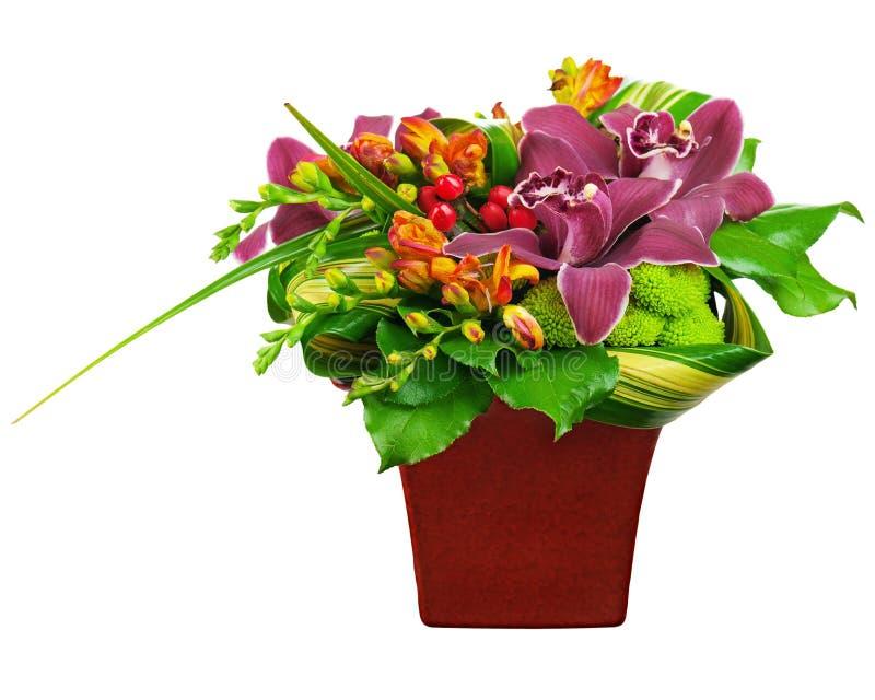Kwitnie bukieta przygotowania centerpiece w wazie odizolowywającej na bielu obraz stock