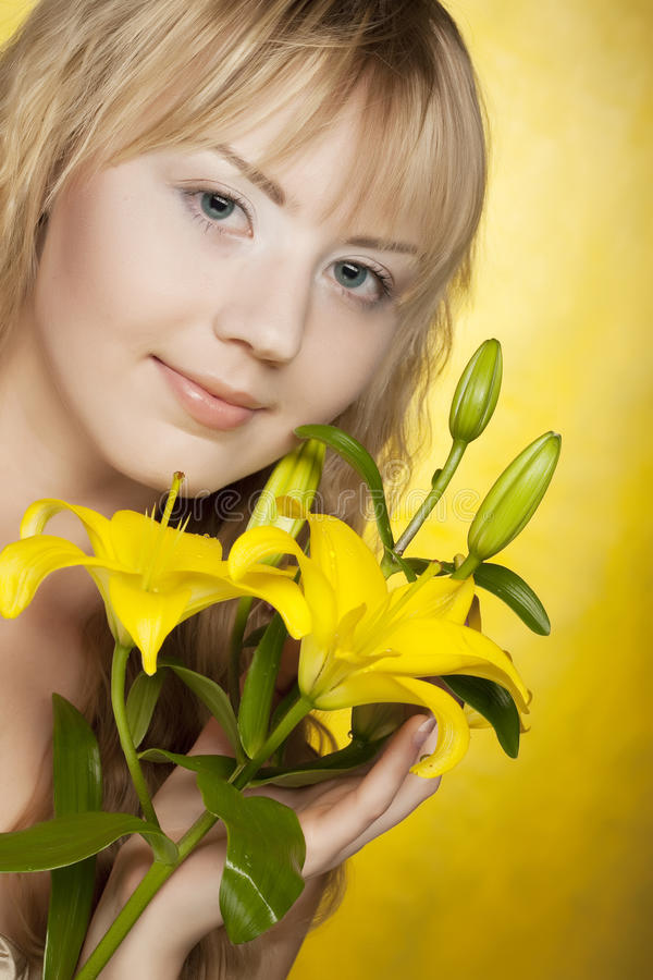 kwitnie kobiety szczęśliwego kolor żółty obraz royalty free