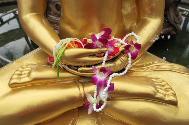 Kwitnie w ręka wizerunku Buddha w Songkran festiwalu, Tajlandia. zdjęcie stock
