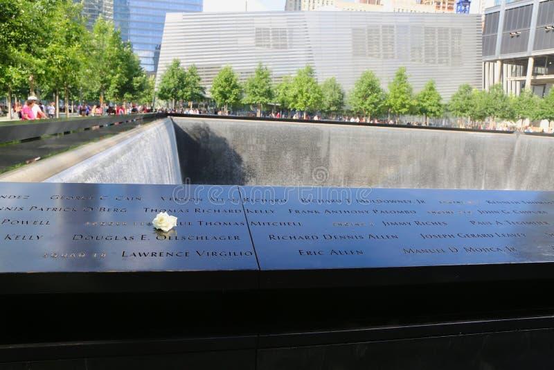 Kwitnie z lewej strony przy obywatela 9 11 pomnikiem przy punktem zerowym wybuchu w lower manhattan obrazy royalty free