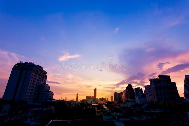 Ky z chmurami nad wieczór miastem zdjęcie royalty free