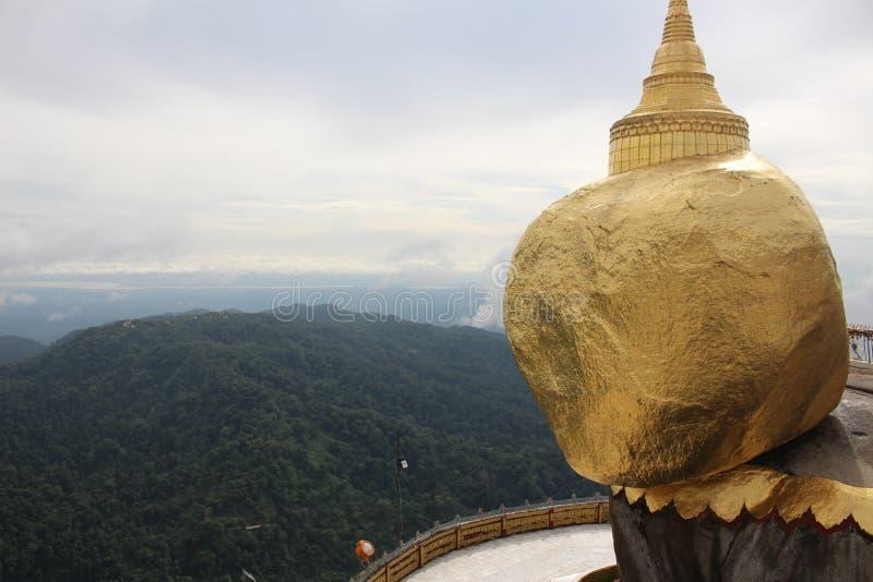 Kyaiktiyo塔金黄岩石,有云彩的缅甸缅甸 免版税库存照片