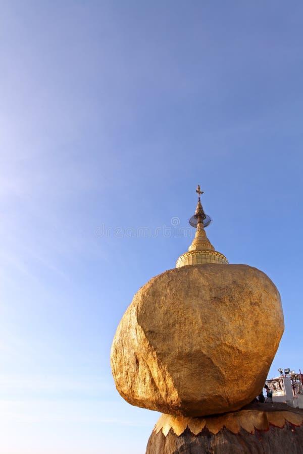 Kyaiktiyo pagoda z pielgrzymami i modleń ludźmi (Złota skała) zdjęcia stock